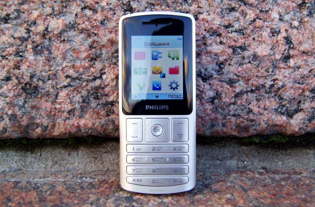 Обзор Philips X130. На фото: Телефон на гранитной набережной Санкт-Петербурга