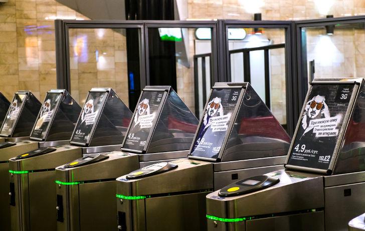 Реклама Теле2 на турникетах на станции метро Адмиралтейская